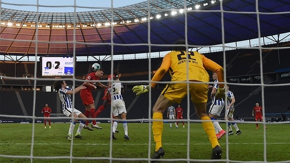 v. l. Matteo Guendouzi Hertha BSC, Willi Orban RB Leipzig erzielt das Tor zum 0:3, Niklas Stark Hertha BSC, Torwart Rune Jarstein Hertha BSC