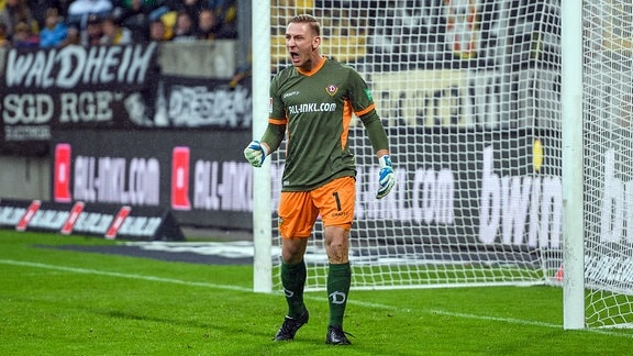 Dresdens Torwart Kevin Broll SG Dynamo Dresden