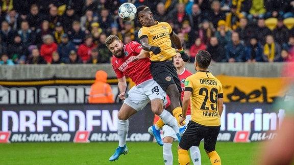 Dresdens Moussa Kone rechts im Kopfballduell mit Marc Stendera links SG Dynamo Dresden