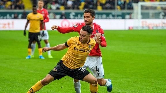 Dresdens Baris Atik vor M. Albornoz Inola SG Dynamo Dresden