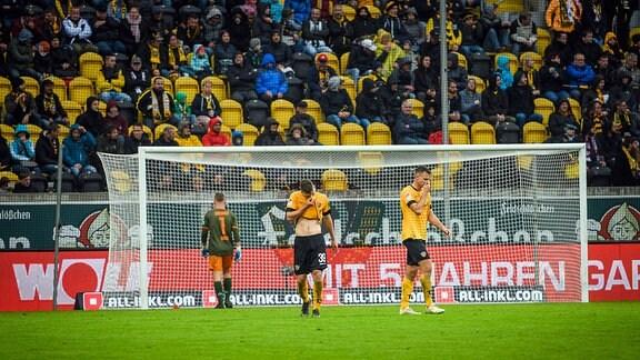 Dresdens Torwart Kevin Broll, Kevin Ehlers und Florian Ballas v.l.n.r. nach dem Gegentor zum 0:2