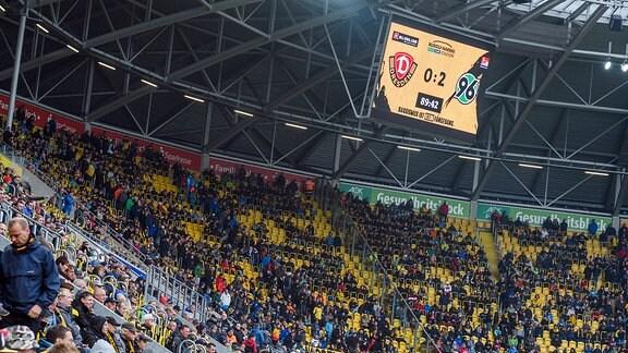 Kurz vor Schluss fällt das 2:0 für Hannover, die Dresdner Fans verlassen daraufhin die Ränge SG Dynamo Dresden