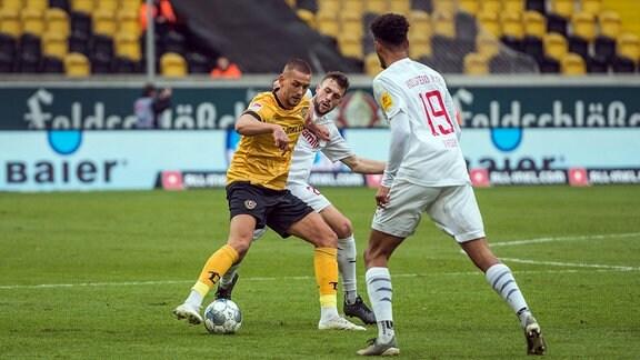 Dresdens Rene Klingenburg links gegen Jonas Meffert rechts SG Dynamo Dresden
