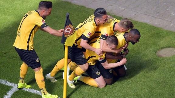 Spieler von Dynamo Dresden jubelt an der Eckfahne