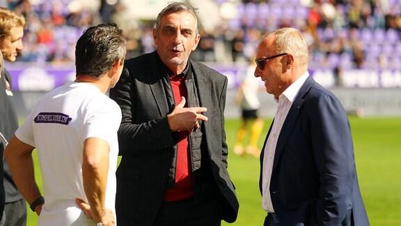 d v.l.: Trainer Dirk Schuster, Erzgebirge Aue, Präsident Helge Leonhardt Aue und Manager Ralf Minge Dresden