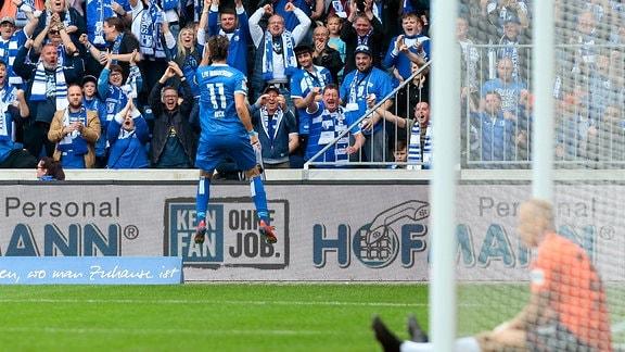 Christian Beck (Magdeburg, 11) jubelt über seinen Treffer