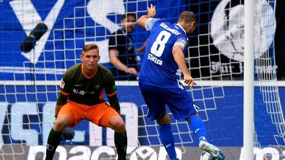v.l. Kevin Broll (SG Dynamo Dresden), Manuel Stiefler (Karlsruher KSC)