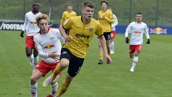 Mads Bidstrup (Zentrales Mittelfeld RBL U19) (li.) und Kevin Ehlers (Innenverteidiger Dynamo Dresden U19)