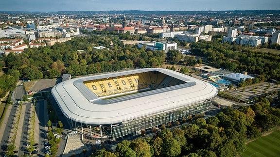 Das Rudolf-Harbig-Stadion mit Blick auf die Dresdner Altstadt