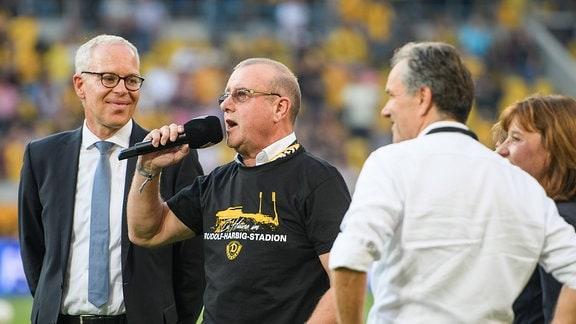 Dresdens Präsident Andreas Ritter mit T-Shirt Rudolf-Harbig-Stadion