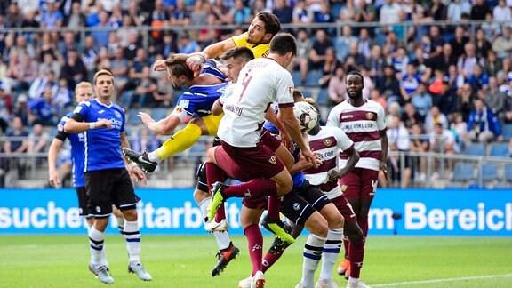 Arminia Bielefeld - Dynamo Dresden 2. im Bild Torchance Dresden / Stefan Ortega Moreno ( 1 Bielefeld) mittendrin