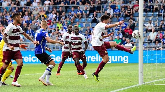 Arminia Bielefeld - Dynamo Dresden 2. im Bild Torschuss / Pfostenschuss Ioannis Nikolaou ( 4 Dresden)