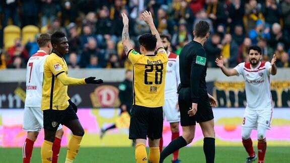 v.l. Moussa Kone (Dynamo Dresden, 14) und Baris Atik (Dynamo Dresden, 28) freuen sich über das Tor während Amlog Cohen (Ingolstadt, 8) abseits schimpft.