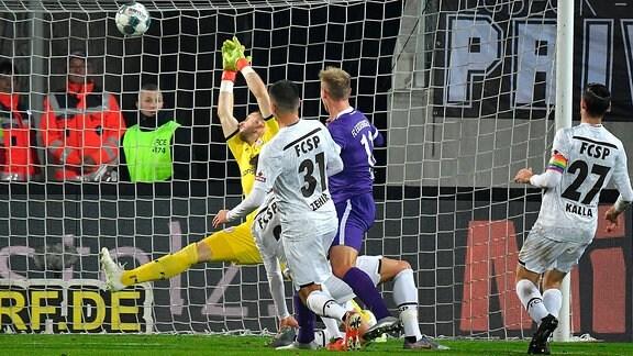 Florian KRUEGER Aue schiesst das Tor zum 1-0 gegen Ersin ZEHIR St.Pauli und Robin HIMMELMANN Torwart St.Pauli.