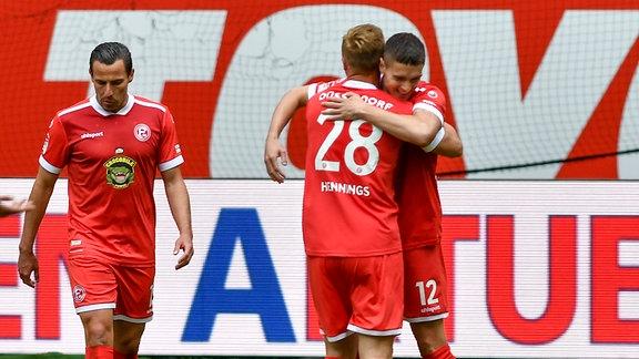 Kristoffer Peterson / 12, Fortuna Duesseldorf jubelt nach seinem Tor zum 3:0 mit Rouwen Hennings