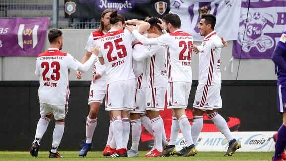 Sonny Kittel (li., 10, Ingolstadt) erzielt den Treffer zum 0:1.
