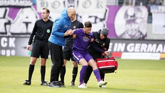 Dennis Kempe (15, Aue) musste in der ersten HŠlfte verletzt ausscheiden.