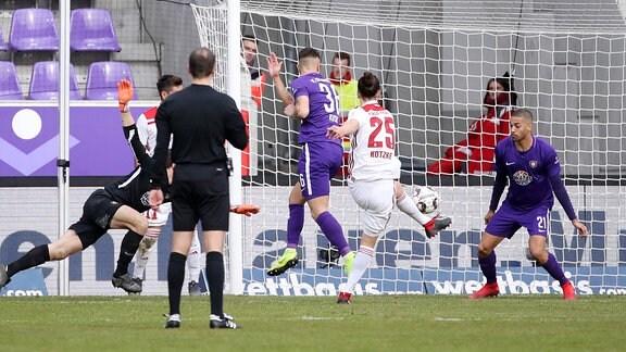 Jonatan Kotzke (25, Ingolstadt) erzielt den Treffer zum 0:2.