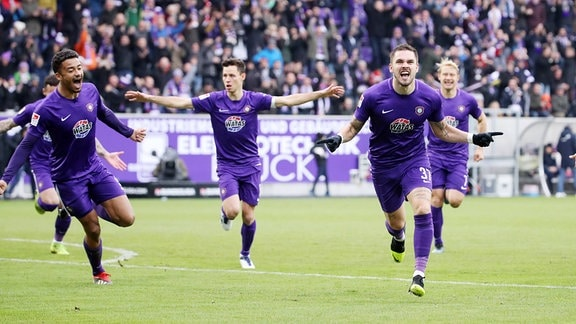 Pascal Testroet und der FC Erzgebirge Aue bejubeln ein Tor gegen Union Berlin