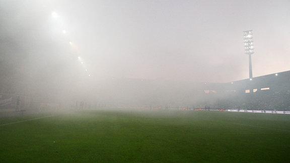 Bild; Fans vom VfB Stuttgart vernebelten das Spielfeld mit Pyrotechnik.