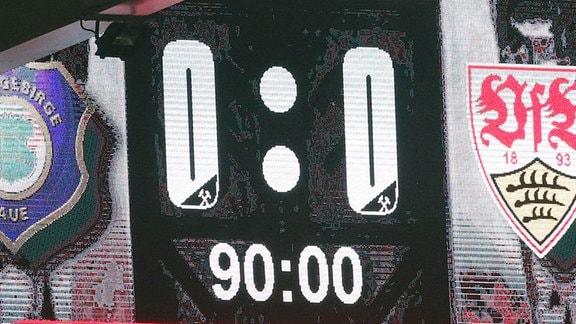 Eine LED-Wand, die einen Spielstand anzeigt, null zu null nach 90 Minuten.