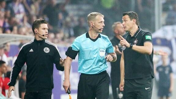 m Bild; InterimsTrainer Marc Hensel, Erzgebirge Aue, bei Schiedsrichterassistent Thorsten Schiffner. ,