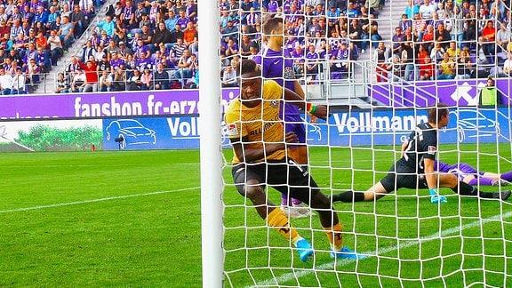 In Jubelpose: Torschütze Moussa Kon / Kone Dresden nach dem 0:1 Fußball 2.Bundesliga 2019/20 FC Erzgebirge Aue - SG Dynamo Dresden am 29.9.2019.