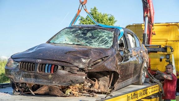 Wrack des Unfallautos auf Abschleppwagen.