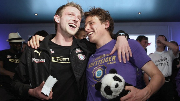 Aues Pierre Le Beau l. und Marc Hensel feiern auf der Aufstiegsparty nach dem Spiel