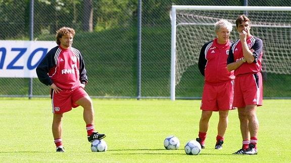 Trainer Klaus Toppmöller (Mitte) mit Assistent Ralf Minge (re.) und Praktikant Heiko Scholz (alle Leverkusen)