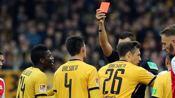 Rote karte gegen Jannis Nikolaou