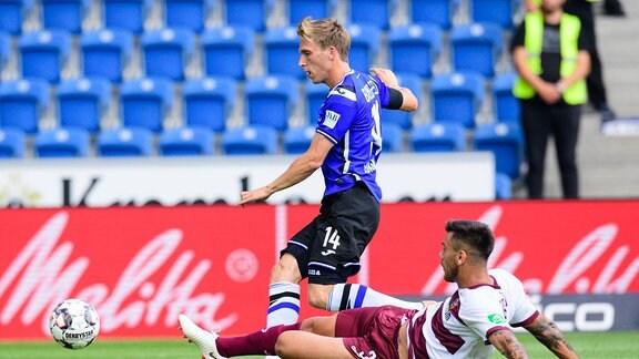 Torschuss Joan Simun Edmundsson ( 14 Bielefeld) nach Zweikampf mit Dario Dumic ( 3 Dresden) zum 1-0 Bielefeld