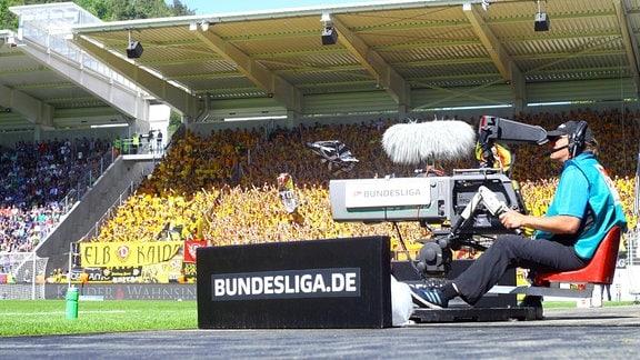 Fernsehkamera im Auer Stadion vor dem Dresdener Fanblock, 2018