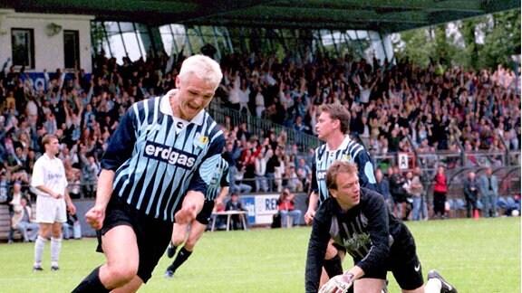 Torschütze Danilo Kunze (li., CFC) dreht nach dem 1:0 jubelnd ab, Torwart Uwe Brunn (Osnabrück) ist geschlagen.