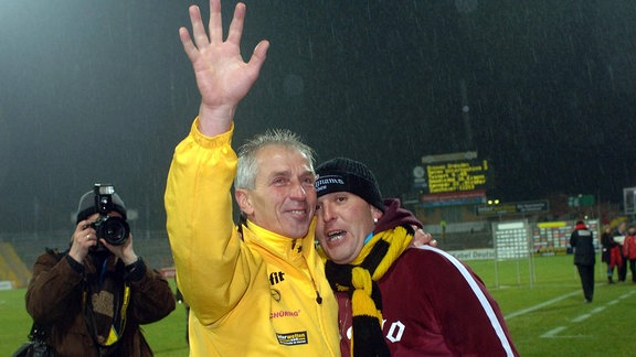 Trainer Christoph Franke (Dresden) verabschiedet sich mit einem Fan im Arm.