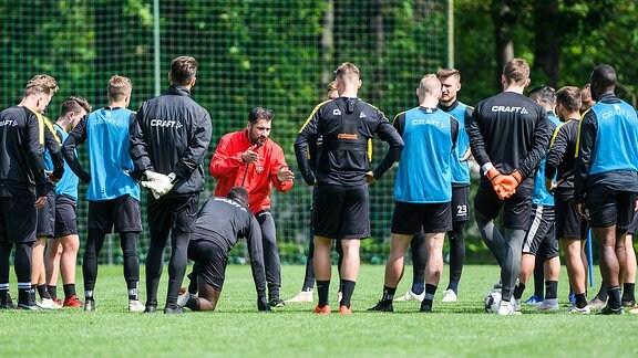Cristian Fiel erklärt vor der Mannschaft eine Übung