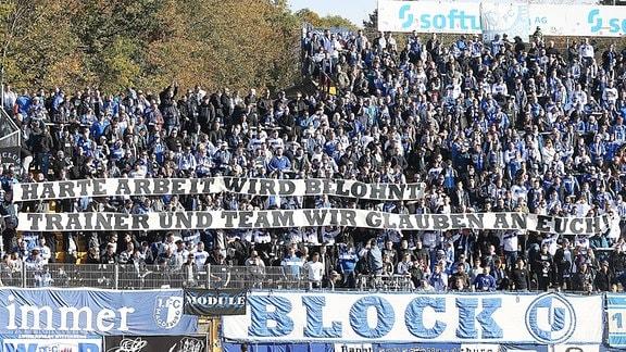 Magdeburger Fans mit Banner für die Mannschaft
