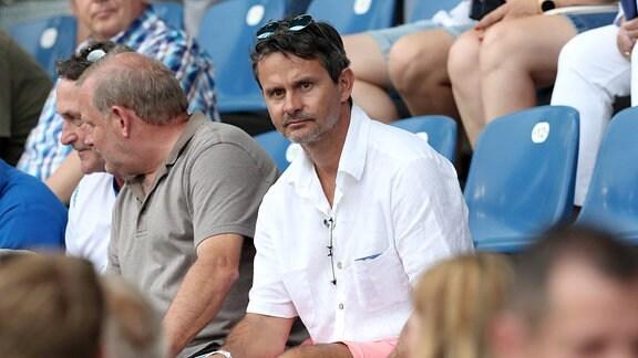 Trainer Dirk Schuster schaut auf der Tribüne zu