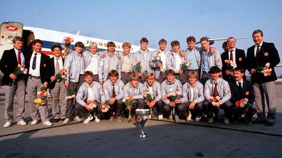 Mannschaftsbild DDR U18 mit Pokal