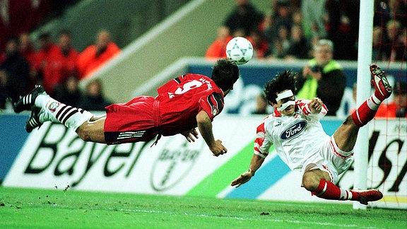 ܜberflieger Ulf Kirsten hechtet zum Kopfball, der bedauernswerte Dirk Schuster wirft sich ihm mit letztem Einsatz entgegen.