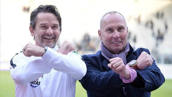 Helge Leonhardt, Präsident FC Erzgebirge Aue (re.) und Dirk Schuster, Trainer FC Erzgebirge Aue (li.), mit dem Schachtergruss.