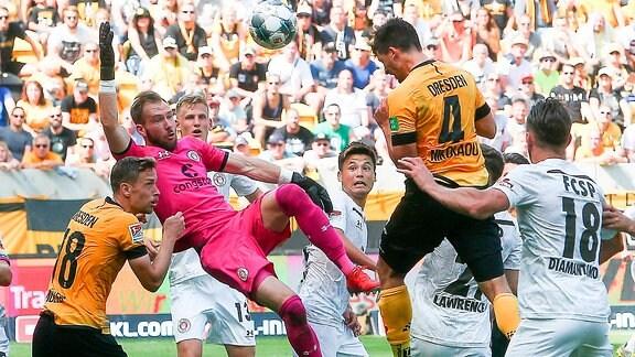 Dynamo Dresden vs. FC St. Pauli -  Tor für Dresden, Jannis Nikolaou (4, Dresden) trifft per kopf gegen Torhüter Robin Himmelmann (30, Pauli) zum 1:3
