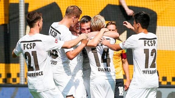 Dynamo Dresden vs. FC St. Pauli - Tor für St. Pauli, Spieler von St. Pauli jubeln nach den Treffer zum 0:3