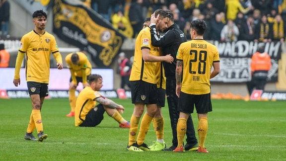Dresdens Cheftrainer Cristian Fiel bei Torschütze Lucas Röser nach Abpfiff