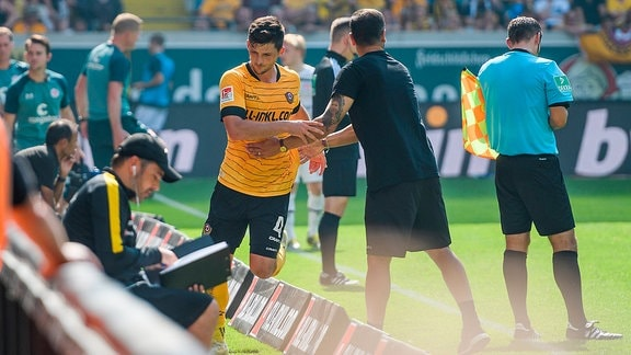 Dresdens Jannis Nikolaou (links) muss nach der roten Karte den Platz verlassen; SG Dynamo Dresden - FC St. Pauli
