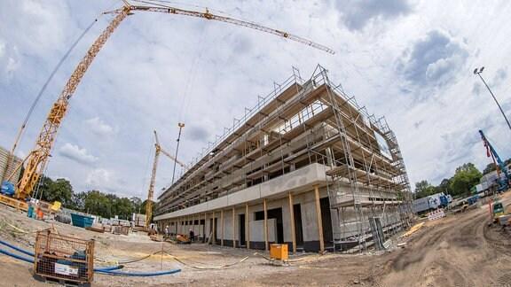 Baustelle des zukünftigen Trainingszentrums im Sportpark Ostra. Im Bild: Aussenansicht des zukünftigen Funktionsgebäudes.