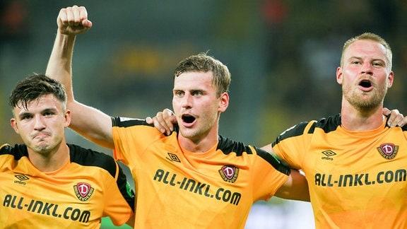 Dynamo Dresden: Jubel nach dem 2:0 gegen Hannover 96 - Antonis Aidonis, Christoph Daferner und Sebastian Mai (v. re.)