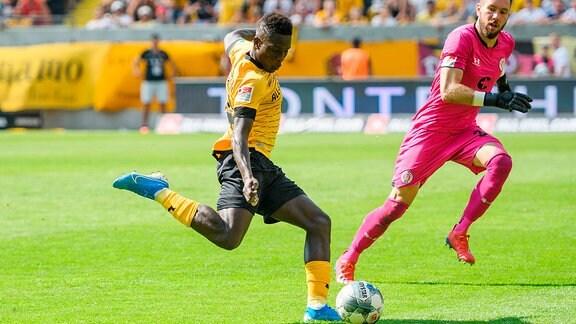 Dresdens Moussa Kone erzielt den Ausgleichstreffer zum 3:3; SG Dynamo Dresden - FC St. Pauli
