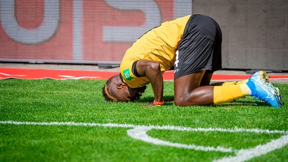 Dresdens Moussa Kone jubelt nach seinem Treffer zum 3:3; SG Dynamo Dresden - FC St. Pauli