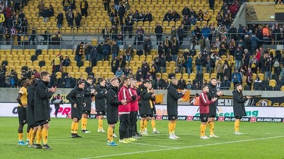 Mannschaft von Dynamo Dresden nach dem Apfiff